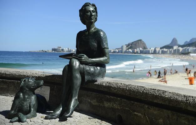 Rio de Janeiro - Estátua da escritora Clarice Lispector e seu cão Ulisses no Leme. (Fernando Frazão/Agência Brasil)