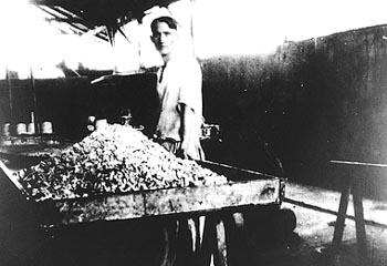 Henrique Meyerfreund em sua fábrica de Chocolates