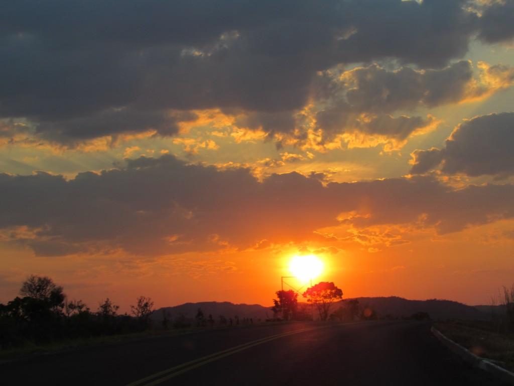 Por do sol nas estradas de Goiás