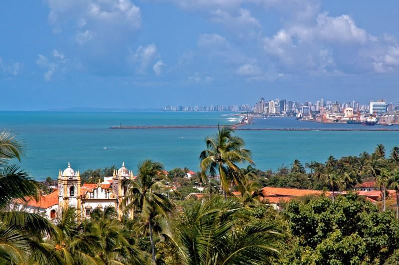 Olinda, e Recife ao fundo.