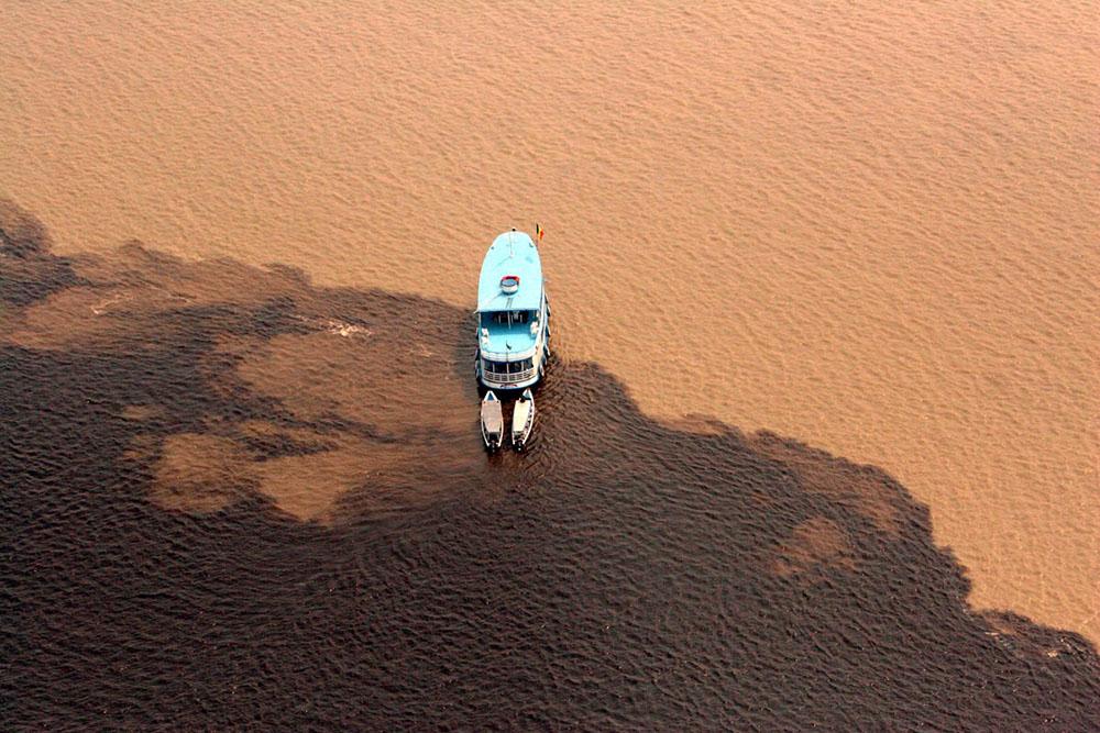 Encontro das águas do Rio Negro e do Rio Solimões.